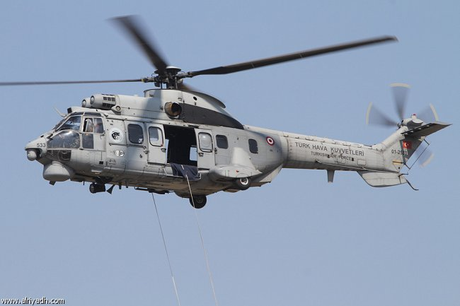بالفيديو ..سقوط عسكري سعودي من هليكوبتر في عرض جوي