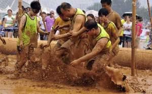 """بالصور.. بطولة كرة قدم """"المستنقع"""" فى بكين"""